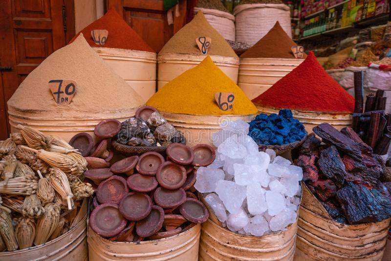 Spices marroquinos à venda na medina Marraquexe no mercado judeu de Mellah imagens de stock royalty free