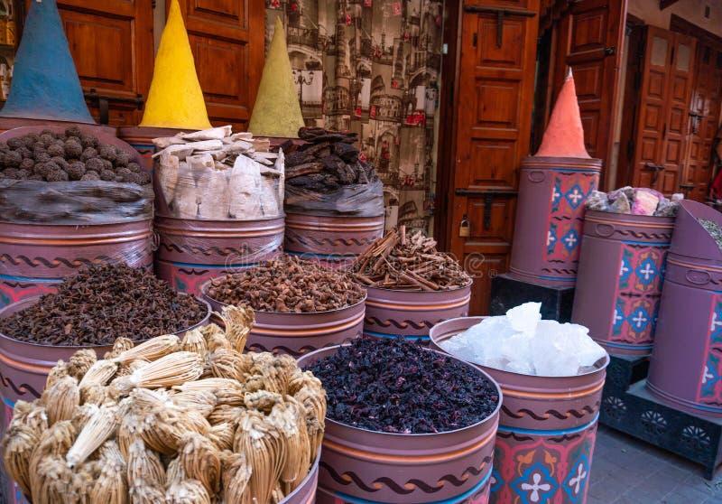 Spices marroquinos à venda na medina Marraquexe no mercado judeu de Mellah imagem de stock
