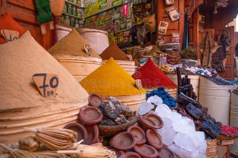 Spices marroquinos à venda na medina Marraquexe no mercado judeu de Mellah foto de stock royalty free