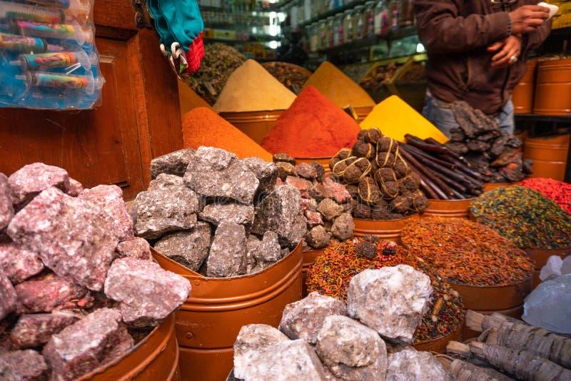 Spices marroquinos à venda na medina Marraquexe no mercado judeu de Mellah fotos de stock royalty free