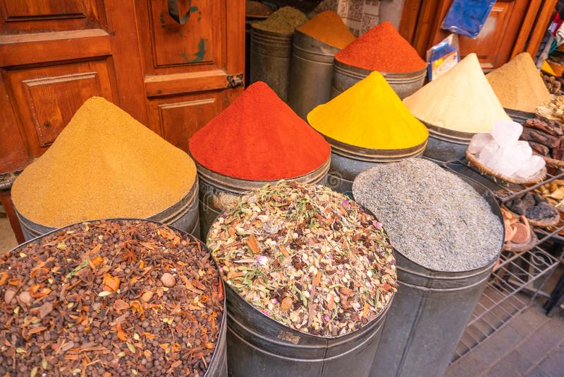 Spices marroquinos à venda na medina Marraquexe no mercado judeu de Mellah imagens de stock