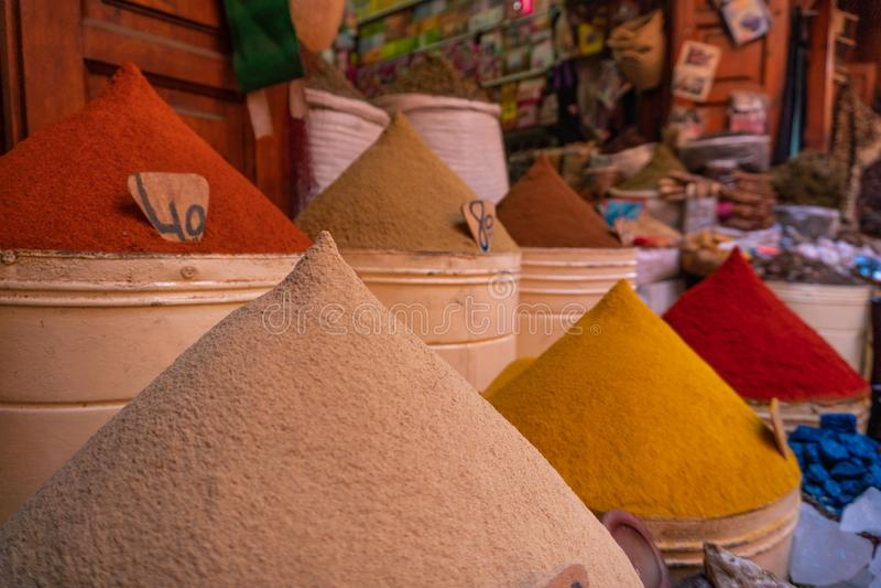 Spices marroquinos à venda na medina Marraquexe no mercado judeu de Mellah foto de stock