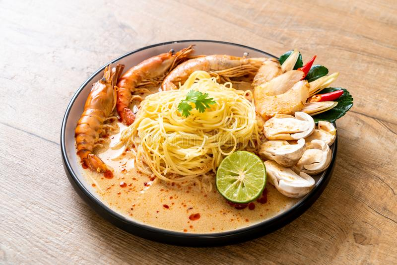 spicy shrimps spaghetti пасты (Tom Yum Goong стоковые фото