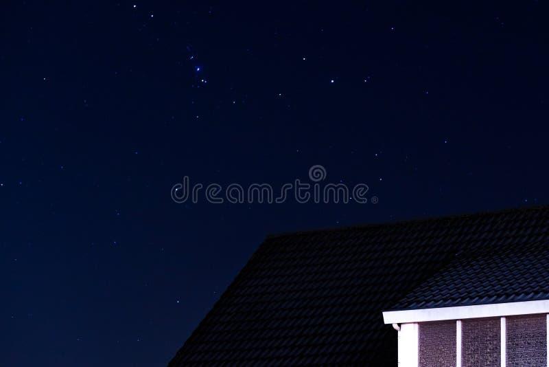 Spiczasty domowy dach z niebem pełno gwiazdy przy nocą zdjęcia stock