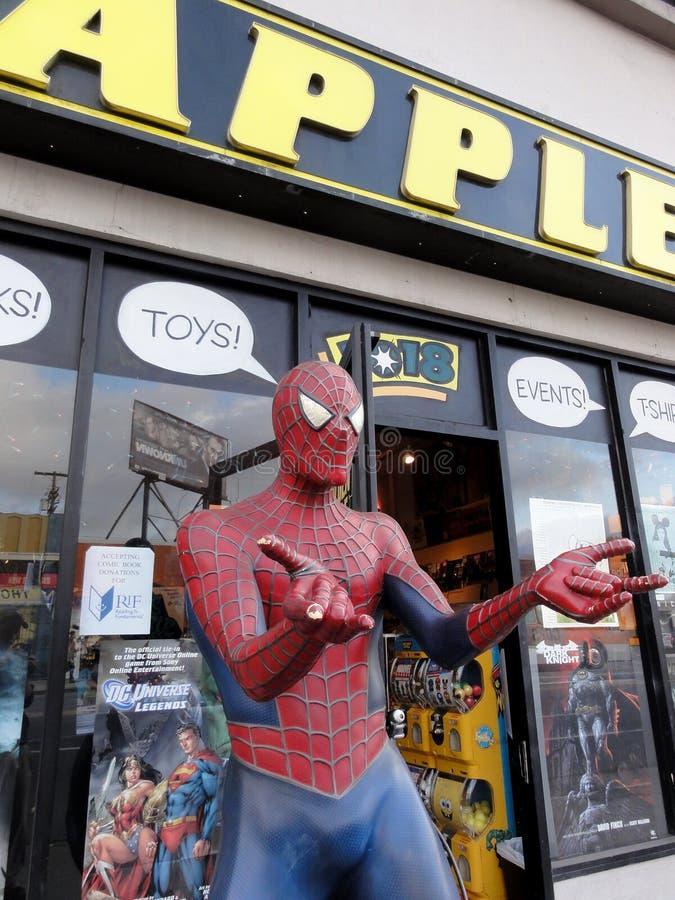 Spider-Man dipende il libro di fumetti dorato Stor di Apple dell'esterno dell'esposizione fotografie stock libere da diritti