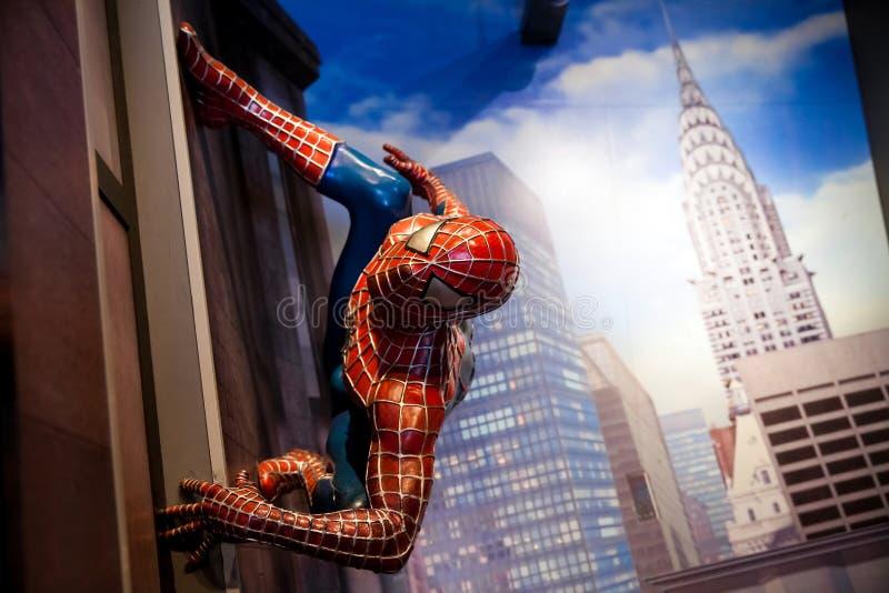 Spidermanen förundra sig komiker i museum för madam Tussauds Wax i Amsterdam, Nederländerna arkivbild