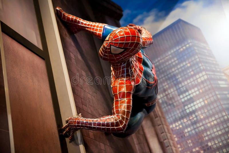 Spidermanen förundra sig komiker i museum för madam Tussauds Wax i Amsterdam, Nederländerna arkivfoto