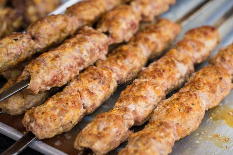 Spiedi arrostiti col barbecue della carne Alimenti a rapida preparazione della via del Vietnam immagine stock