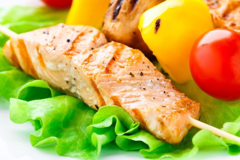 Spiedi arrostiti della verdura e del salmone fotografie stock libere da diritti