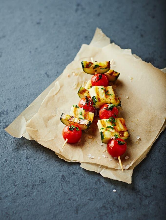 Spiedi arrostiti di Halloumi, di Cherry Tomato e dello zucchini immagine stock libera da diritti