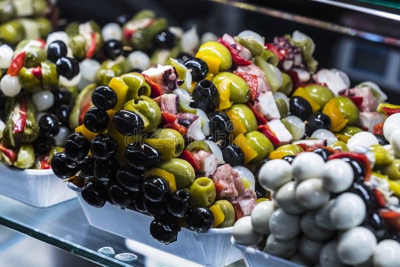 Spiedi delle verdure dei frutti di mare e del formaggio sul mercato di San Miguel fotografia stock libera da diritti