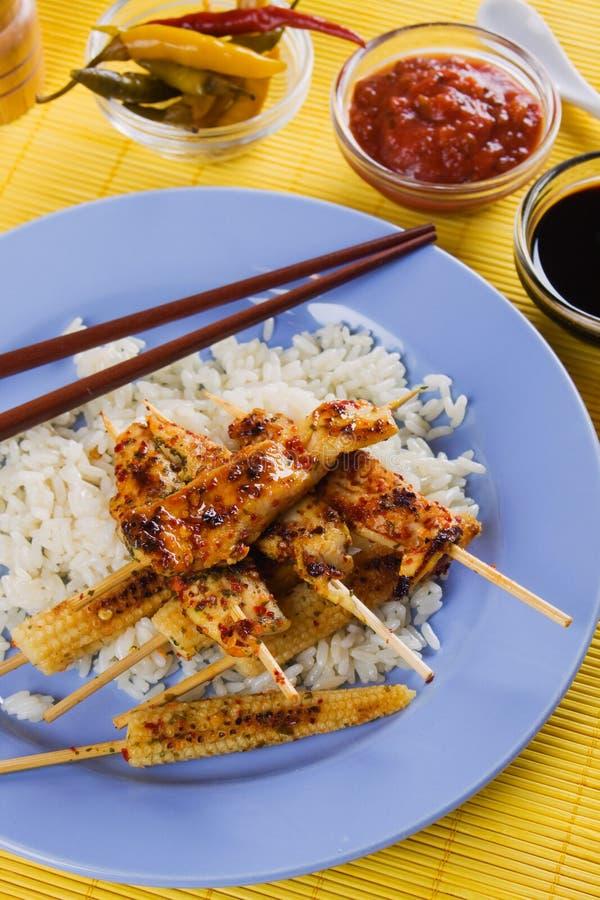 Spiedo asiatico del pollo di stile con il mais ed il riso di bambino fotografia stock libera da diritti