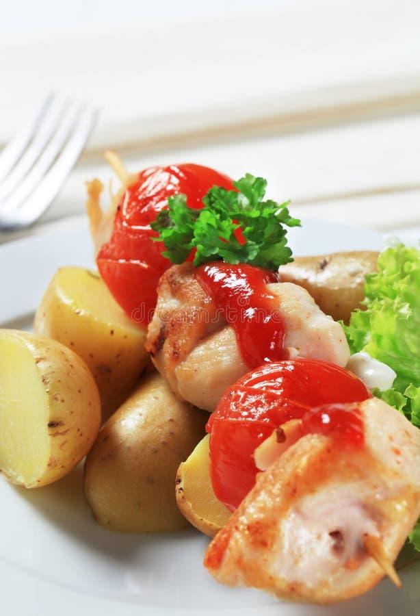 Spiedo del pollo con le patate immagine stock