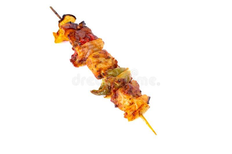 Spiedo grigliato della carne di maiale e barbecue delle verdure isolato su bianco fotografia stock libera da diritti