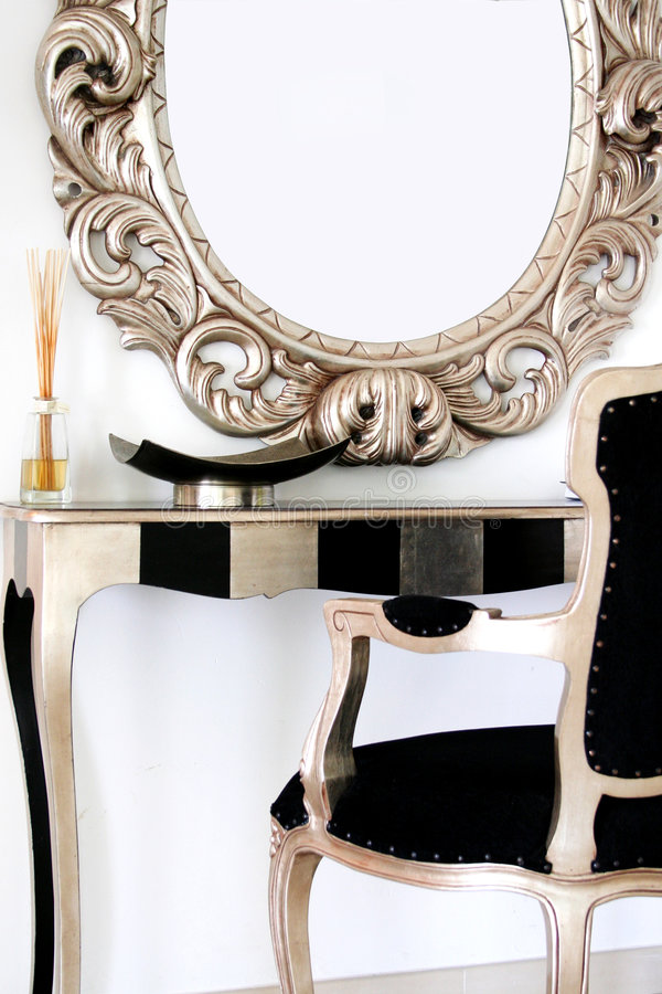 Spiegel über kleinem Schreibtisch stockfotografie