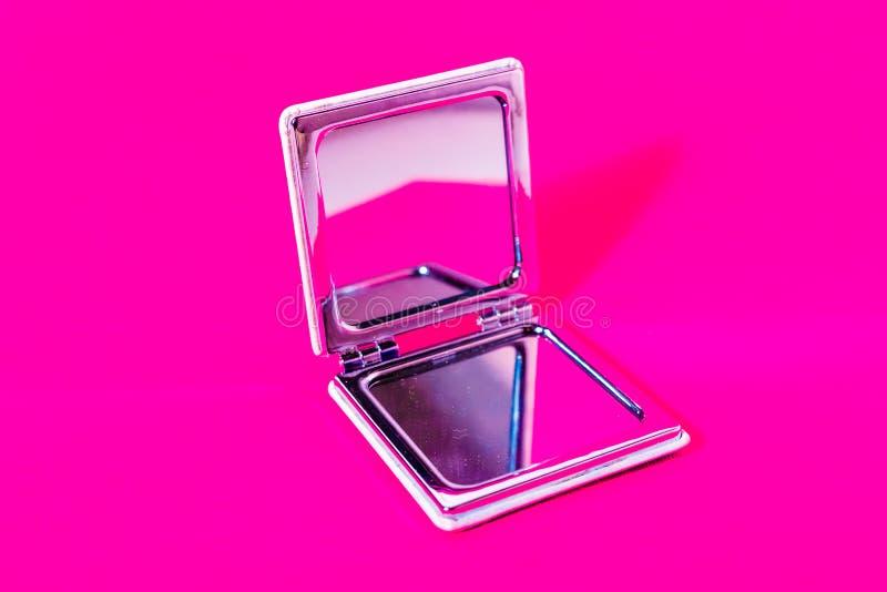 Spiegel auf magentarotem Hintergrund stockbild