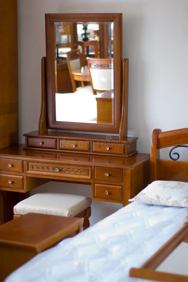 Spiegel, Bed, Meubilair in Slaapkamer. royalty-vrije stock afbeelding