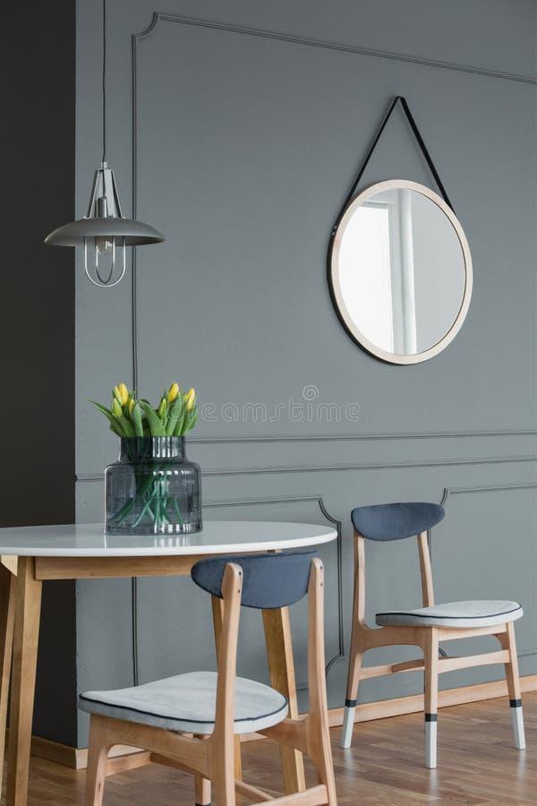 Spiegel en eettafel stock foto's