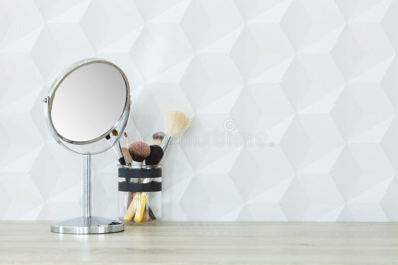 Spiegel en make-upborstels stock fotografie