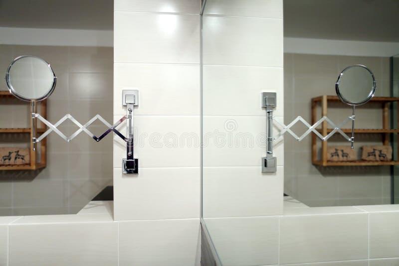 Spiegel im Badezimmer lizenzfreie stockfotografie