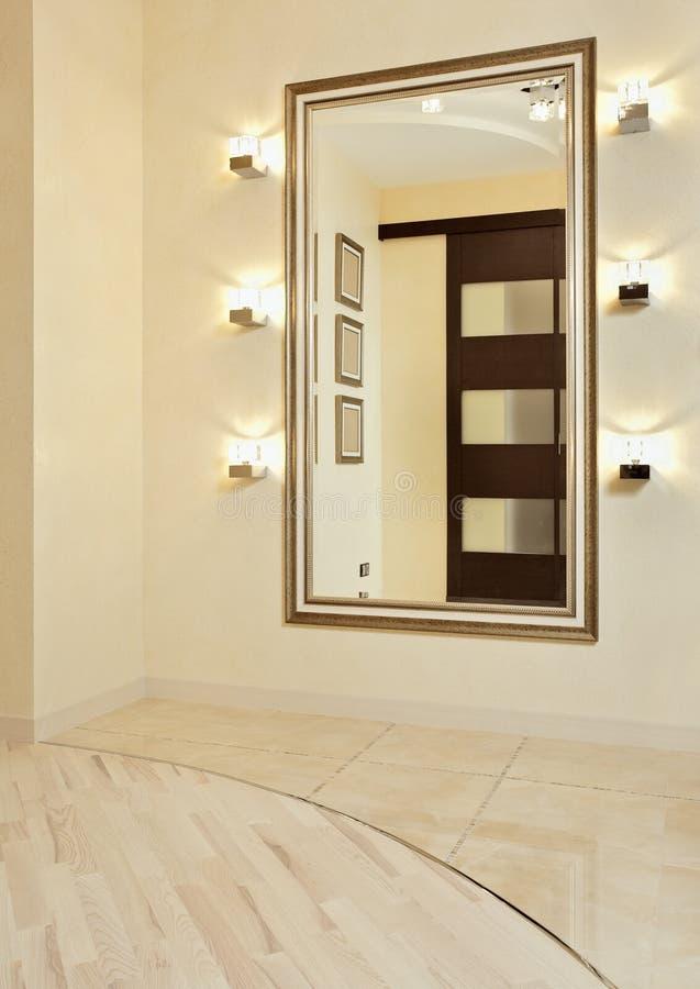 Spiegel im goldenen Feld im beige Vorzimmer lizenzfreie stockfotos