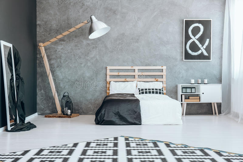 Spiegel im Schwarzweiss-Schlafzimmer lizenzfreie stockbilder