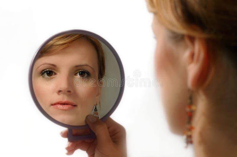 Spiegel und Frau stockbild