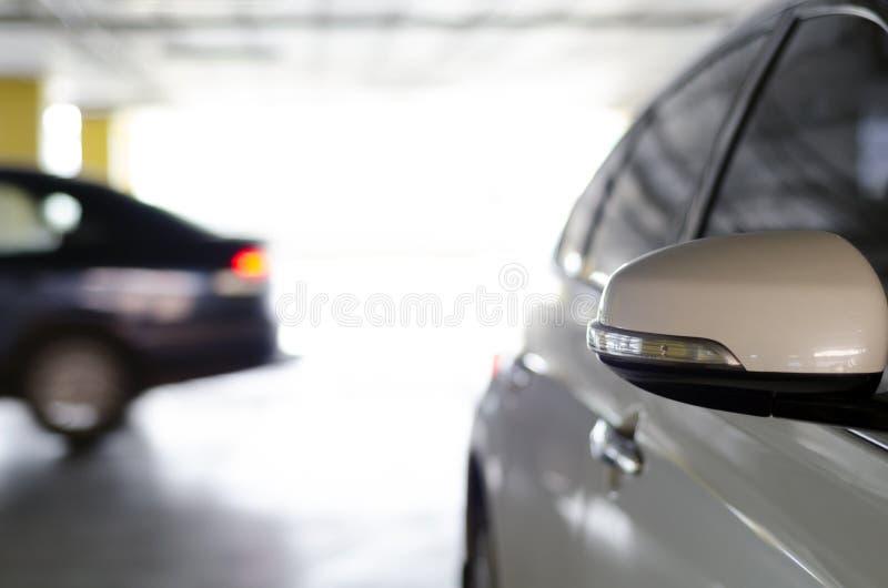 spiegel van auto op parkeren stock foto's