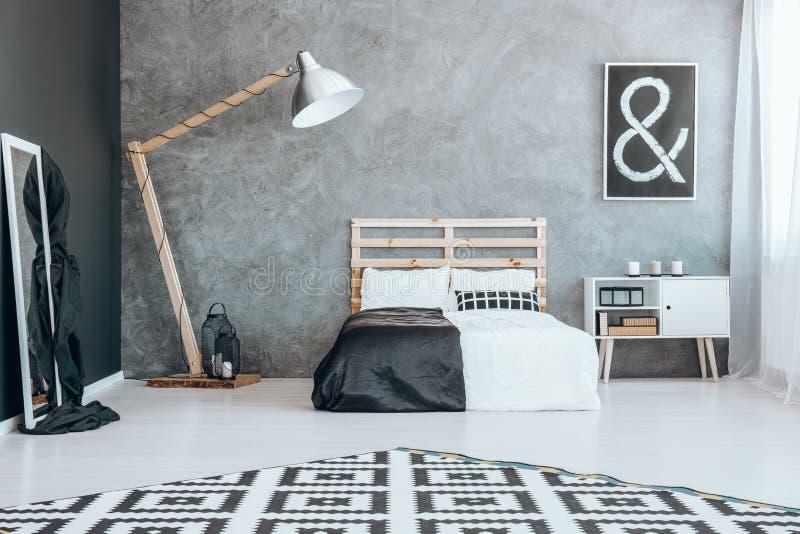 Spiegel In Zwart-witte Slaapkamer Stock Afbeelding - Afbeelding ...
