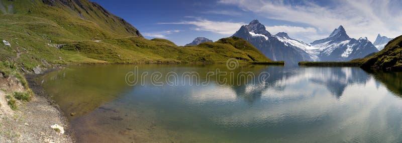 Spiegel in Zwitsers meer Bachalpsee stock afbeeldingen