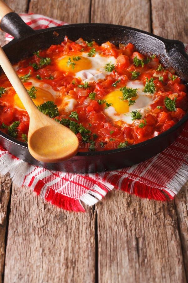 Spiegelei in der Tomatensauce in der Wanne vertikal stockfoto