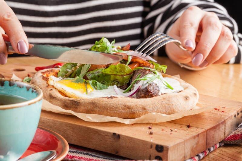 Spiegelei des Frühstückssatzes, Salat, geräuchertes Huhn der Wurst, Schinken, Brot auf Holztisch stockfotos