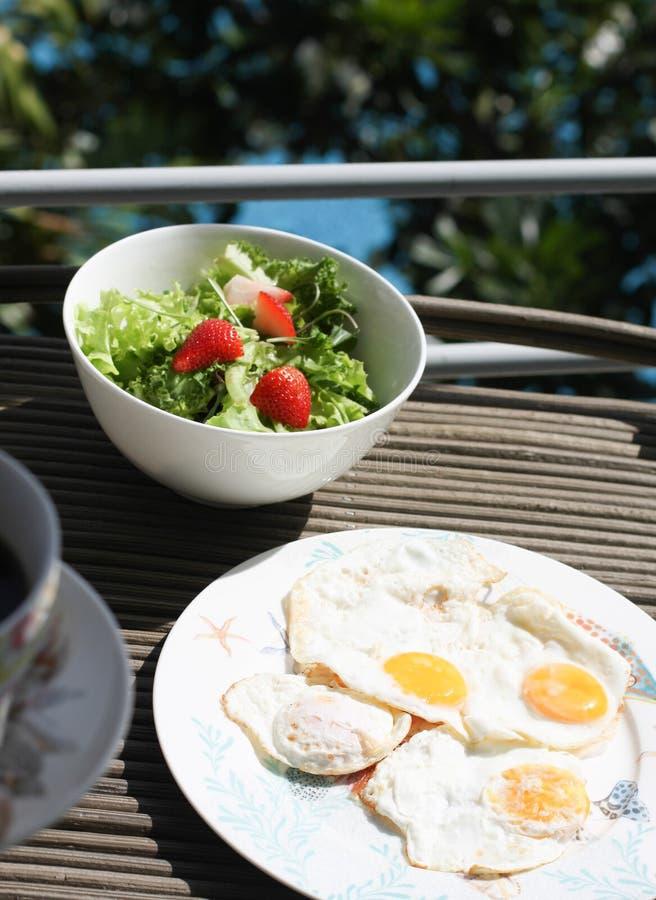 Spiegelei und Salat lizenzfreie stockbilder