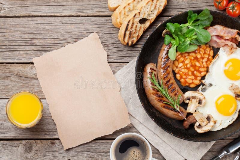 Spiegeleier des englischen Frühstücks, Würste, Speck stockfotografie