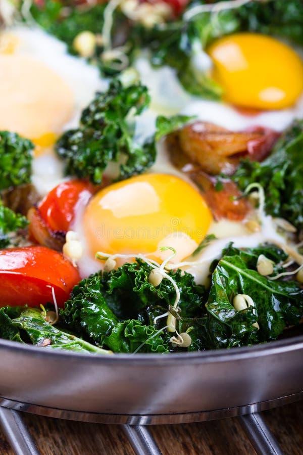 Spiegeleier mit Gemüse lizenzfreie stockfotografie