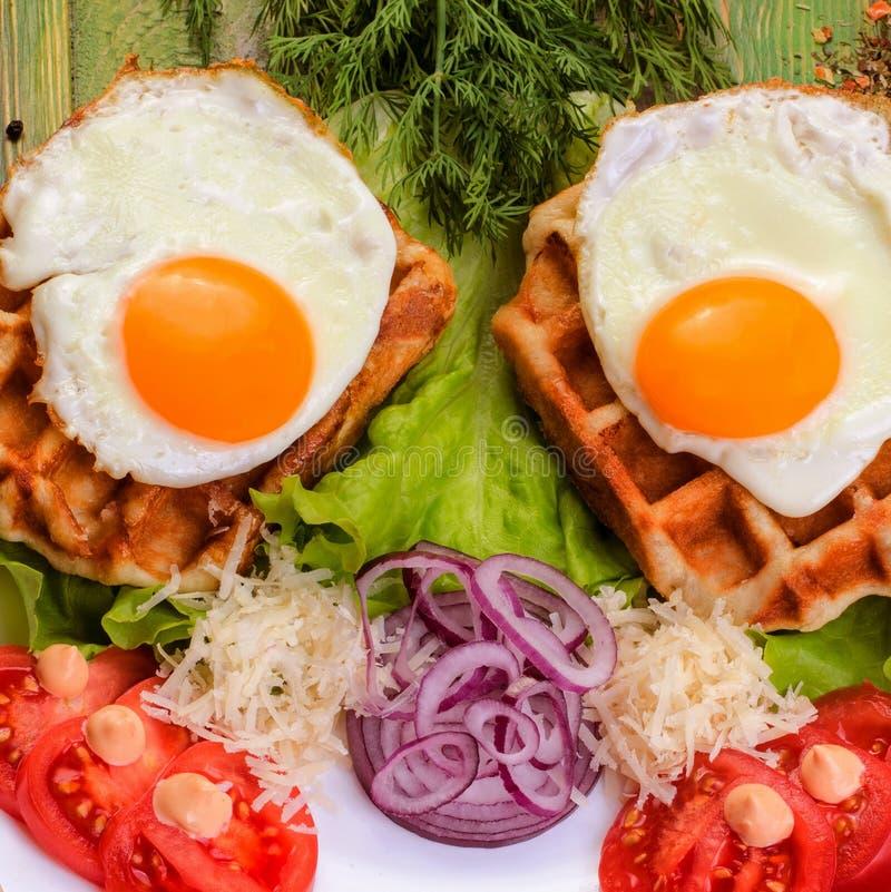 Spiegeleier und Tomaten des traditionellen Frühstücks auf einer weißen Platte stockfoto