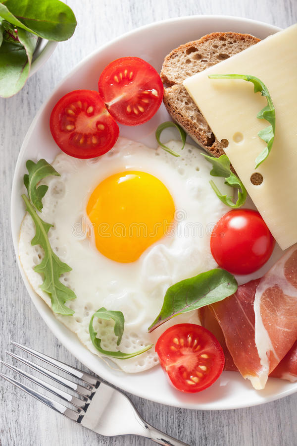 Spiegeleischinkentomaten zum gesundes Frühstück lizenzfreies stockfoto
