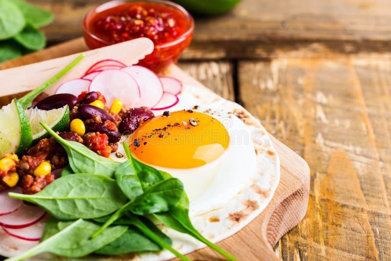 Spiegeleitacos mit chili con carne stockfotografie