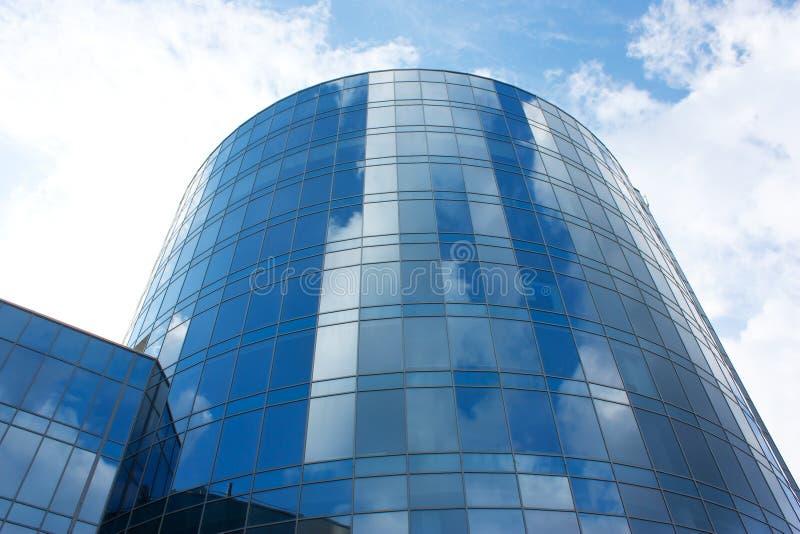 Spiegelgebäude, Wolkenkratzer gegen den Himmel lizenzfreies stockbild