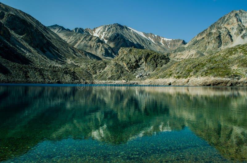 Spiegelmeer in de bergen stock foto's