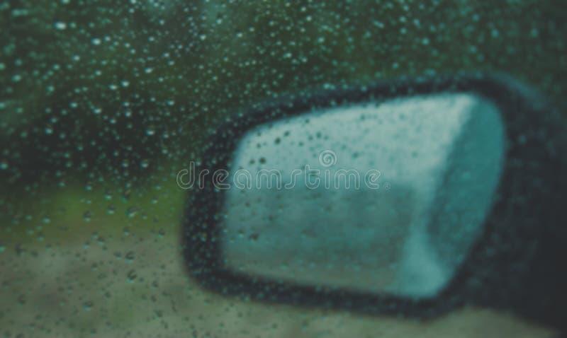 Spiegeln Sie Ansicht der Maschine im regnerischen Wetter wider lizenzfreie stockbilder