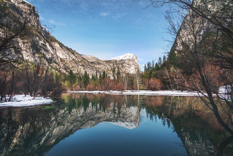 Spiegeln Sie See am Winter - Yosemite Nationalpark, Kalifornien, USA wider lizenzfreies stockfoto