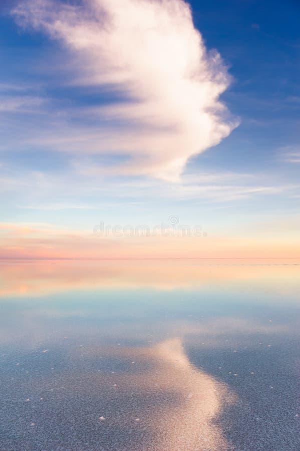Spiegeloberfläche der Salar de Uyuni-Salzebene, Bolivien stockfoto