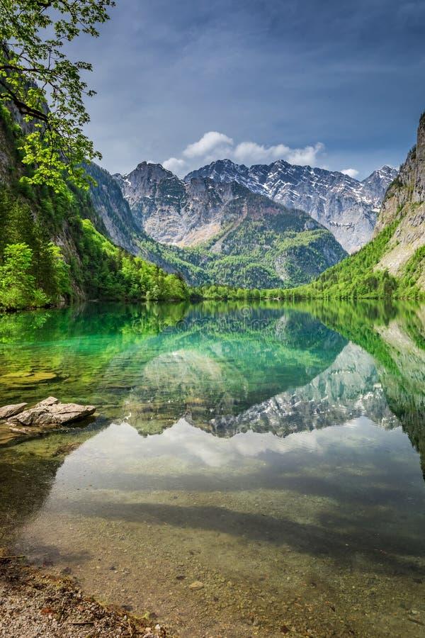 Spiegelreflexion der Alpen im grünen Obersee See lizenzfreie stockfotos