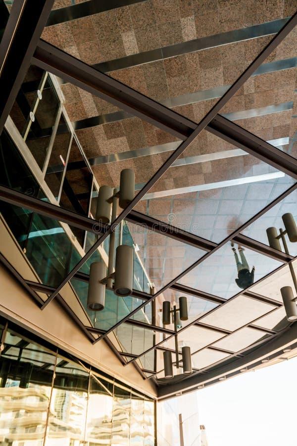 Spiegelreflexion der schönen Architektur im Freien auf der Straße Modernes Geschäftsgebäude mit Glasbüros stockbilder