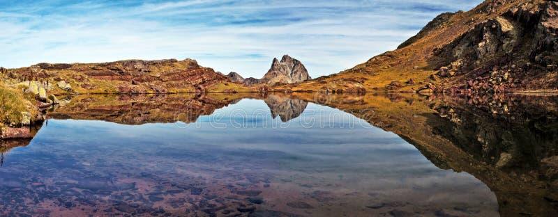Spiegelreflexion im kleinen See von Anayet-Hochebene lizenzfreie stockbilder