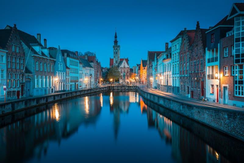 Spiegelrei kanał przy nocą, Brugge, Flandryjski, Belgia zdjęcie royalty free