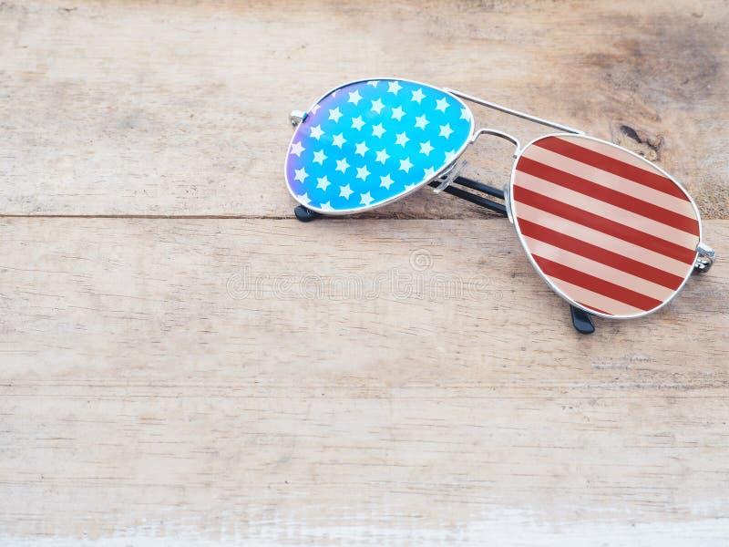 Spiegelsonnenbrille mit Muster der amerikanischen Flagge lizenzfreie stockfotografie