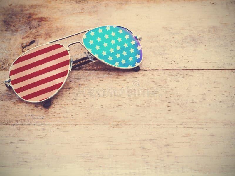 Spiegelsonnenbrille mit Muster der amerikanischen Flagge stockfotos
