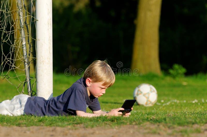 Spiel auf dem Fußballplatz lizenzfreie stockfotos